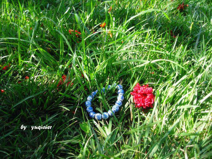 但同样是开花的树,石榴花却是完美的美,树上是红花,落下是花红,即便