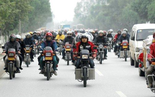 10万摩托大返乡是无奈的风景